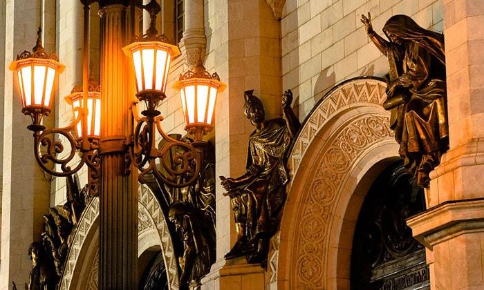Скульптуры восстановленного храма Христа Спасителя в Москве