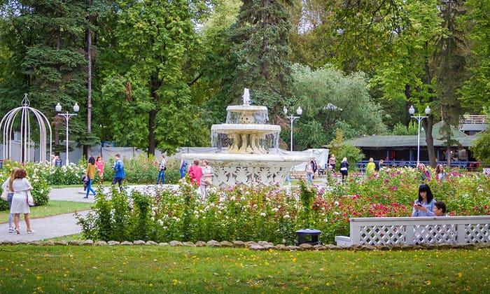 Фонтан в розарии парка Горького Москвы