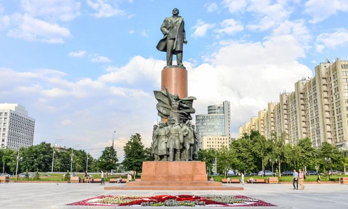 Памятник Ленину на Калужской площади Москвы