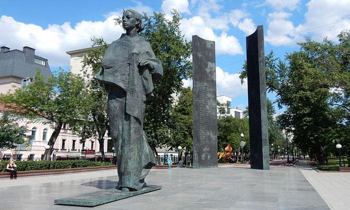 Памятник Надежде Крупской в Москве