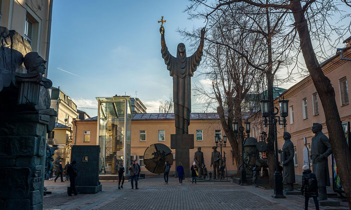 Уличные экспонаты музея современного искусства Москвы