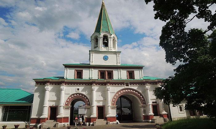 Главные ворота Коломенского в Москве