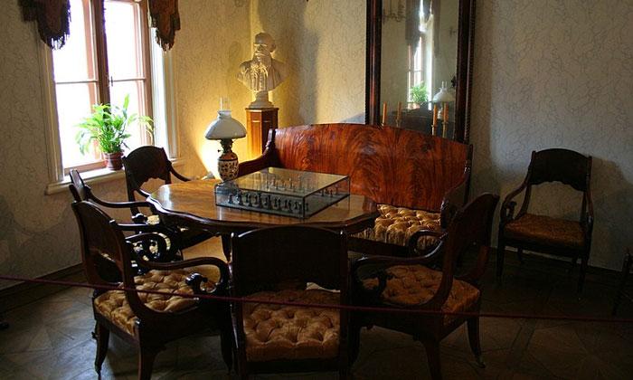 Гостиная с шахматами музея Льва Толстого в Москве