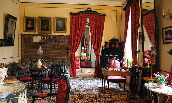 Комната на первом этаже музея Льва Толстого в Москве