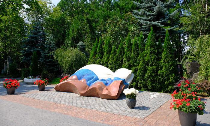 Могила Бориса Ельцина на Новодевичьем кладбище Москвы