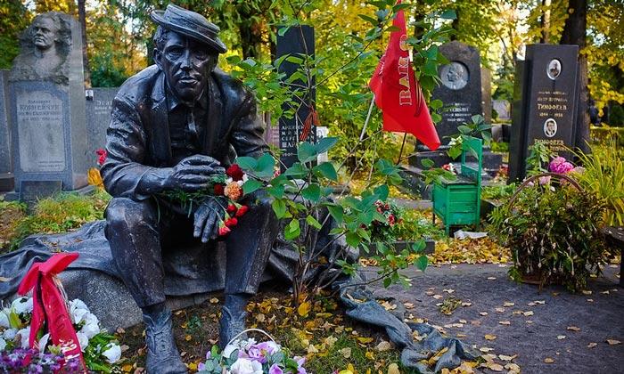 Могила Юрия Никулина на Новодевичьем кладбище Москвы