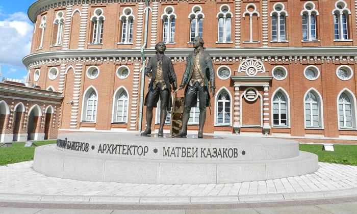 Памятник Баженову и Казакову в Царицыно Москвы