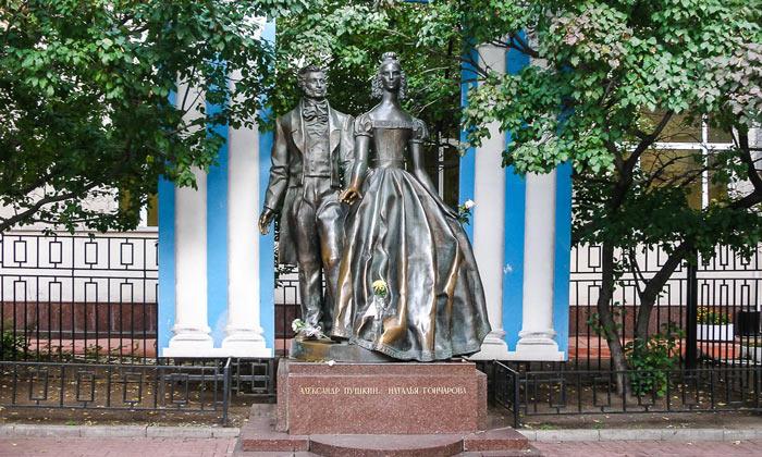 Памятник Пушкину и Гончаровой в Москве
