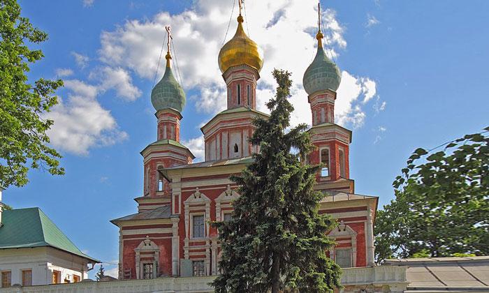 Покровская надвратная церковь Новодевичьего монастыря Москвы