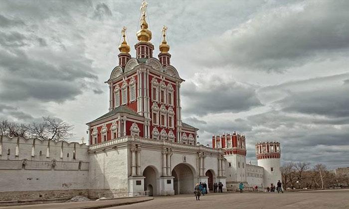 Преображенская надвратная церковь Новодевичьего монастыря Москвы