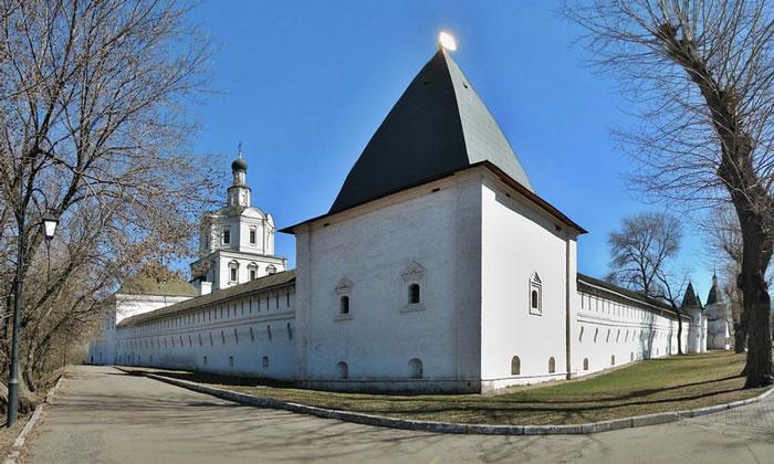 Стены и башни Спасо-Андроникова монастыря в Москве