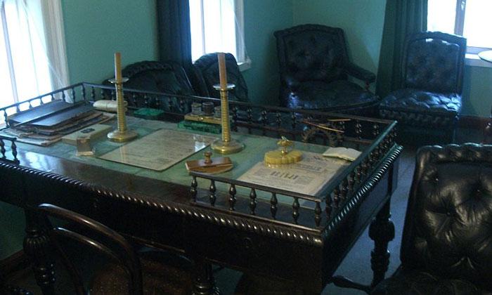 Стол в рабочем кабинете музея Толстого Москвы