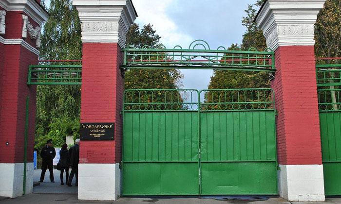 Вход в Новодевичье кладбище Москвы