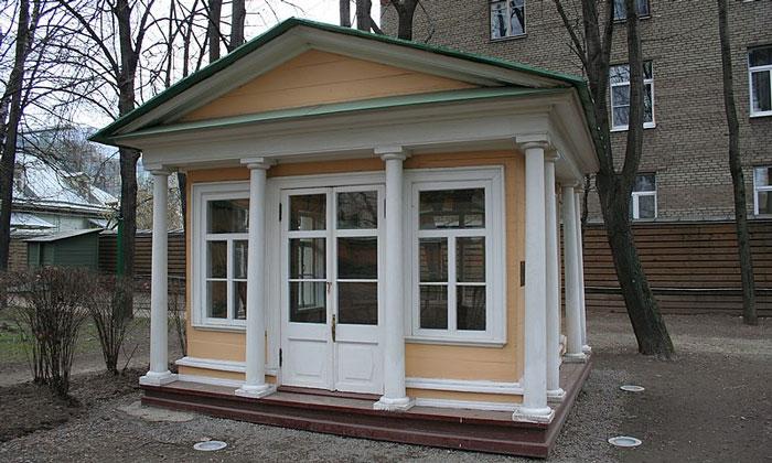 Хозяйственная постройка музея Толстого в Москве