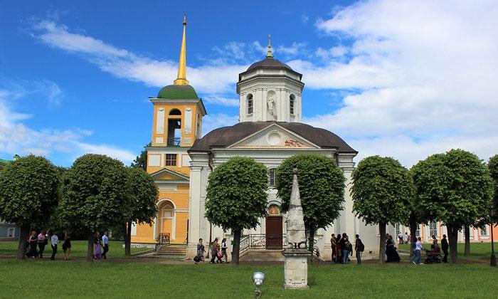 Колокольня и церковь Спаса Всемилостивого в Кусково Москвы