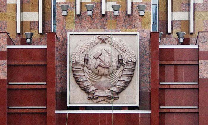 Герб на монументе «Рабочий и колхозница» в Москве