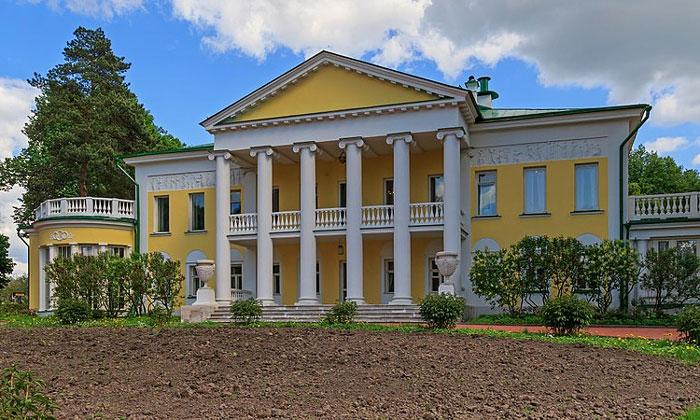 Главный дом усадьбы Горки Ленинские