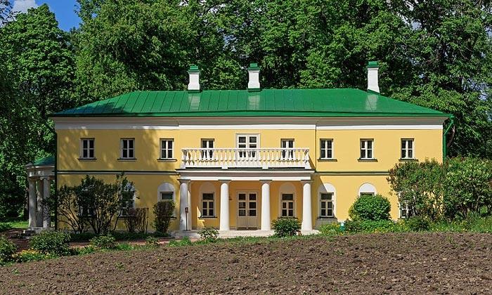 Одно из зданий усадьбы Горки Ленинские