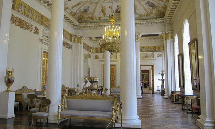 Белый зал Росси Михайловского дворца в Санкт-Петербурге