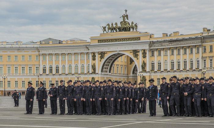 Церемония вручения дипломов на Дворцовой площади Петербурга