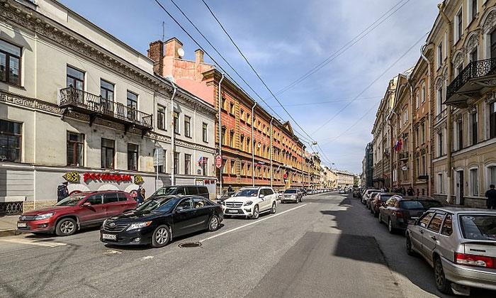 Движение на Миллионной улице Санкт-Петербурга