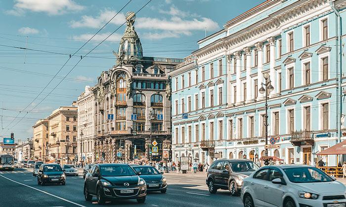 Движение на Невском проспекте Санкт-Петербурга