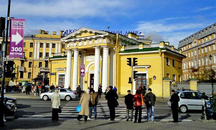 Здание Гауптвахты на Сенной площади Санкт-Петербурга