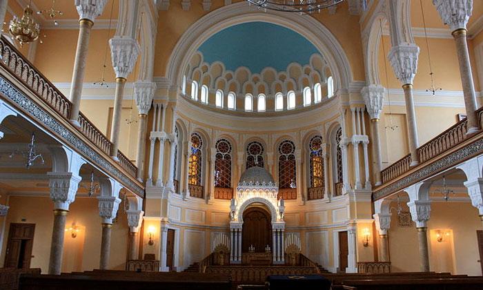 Главный зал синагоги в Санкт-Петербурге