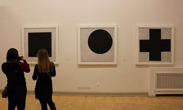 Картины «Чёрный квадрат-круг-крест» в Русском музее