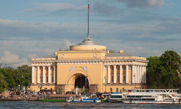 Один из корпусов Адмиралтейства в Санкт-Петербурге