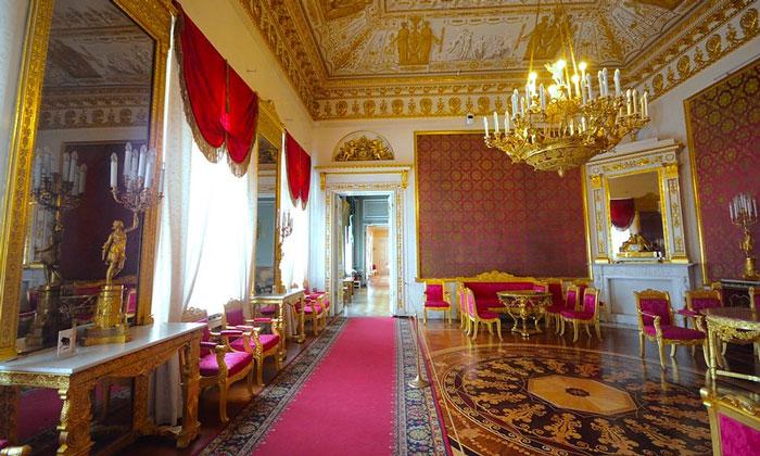 Красная гостиная Юсуповского дворца в Санкт-Петербурге