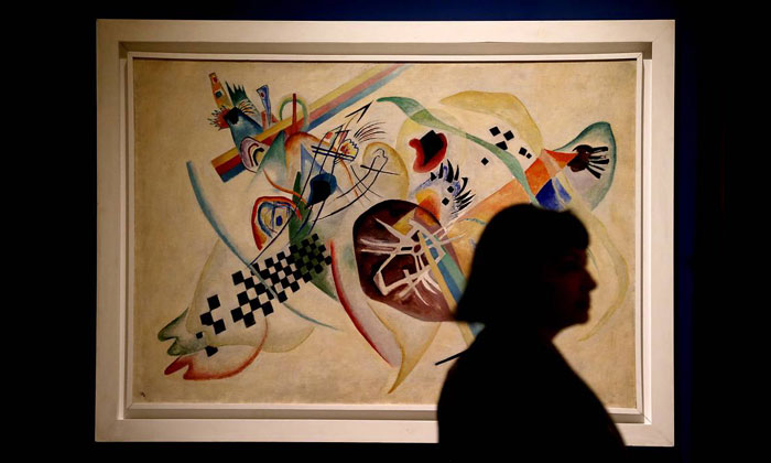 Картина «На белом (Композиция № 224)» в Русском музее