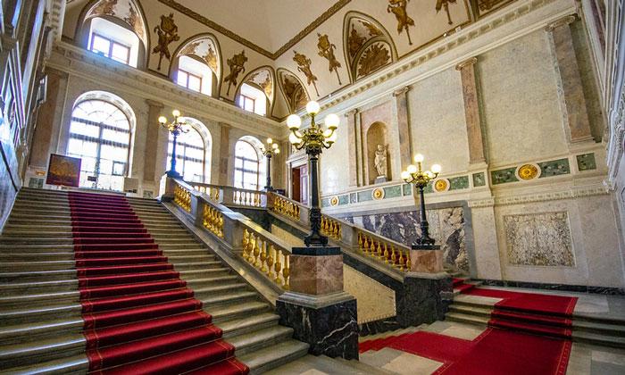 Парадная лестница Инженерного замка в Санкт-Петербурге