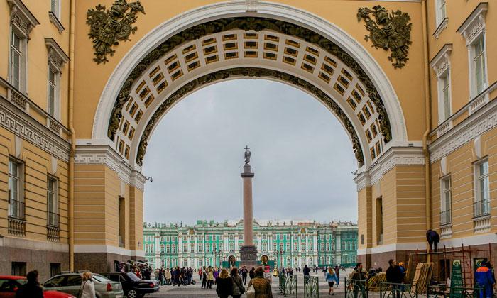 Проход на Дворцовую площадь Санкт-Петербурга