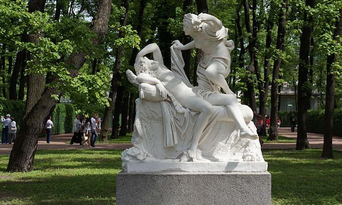 Скульптура «Амур и Психея» в Летнем саду Санкт-Петербурга