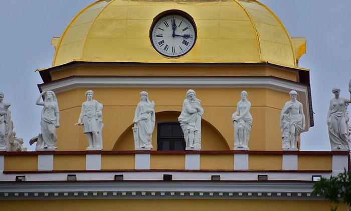 Скульптуры на главном здании Адмиралтейства в Санкт-Петербурге