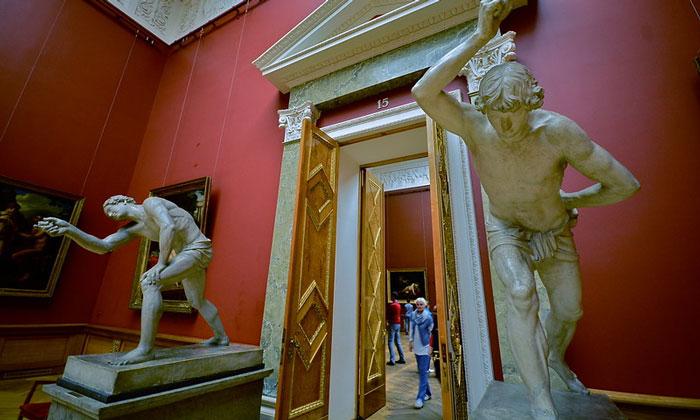 Согнутые скульптуры Русского музея