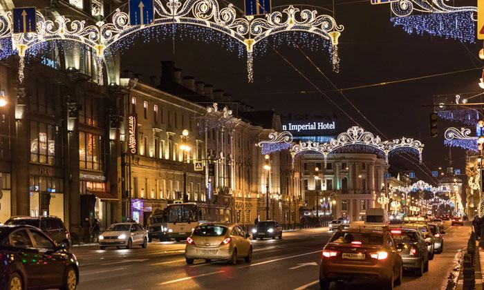 Невский проспект вечером в Санкт-Петербурге
