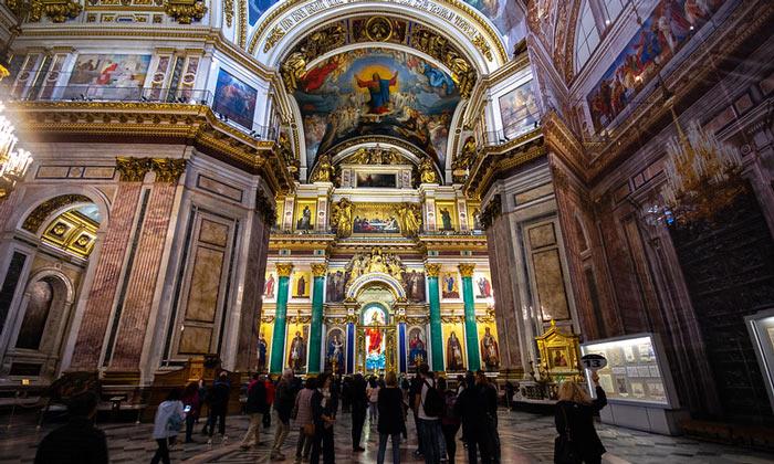 Внутреннее убранство Исаакиевского собора в Санкт-Петербурге