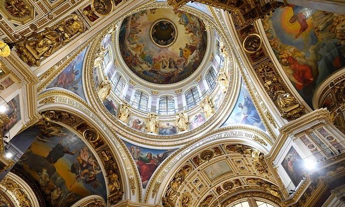 Красочный интерьер Исаакиевского собора в Санкт-Петербурге