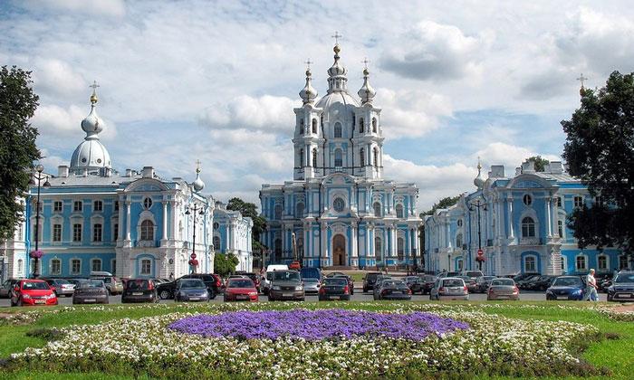 Дивный Смольный монастырь в Санкт-Петербурге