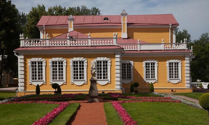 Фасад Путевого дворца в Стрельне
