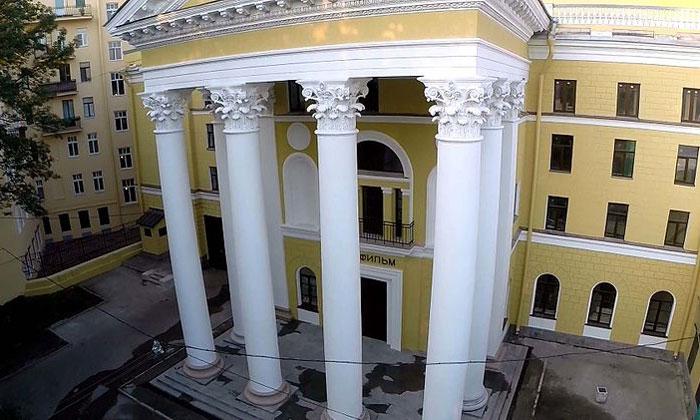 Главный вход киностудии «Ленфильм» в Санкт-Петербурге