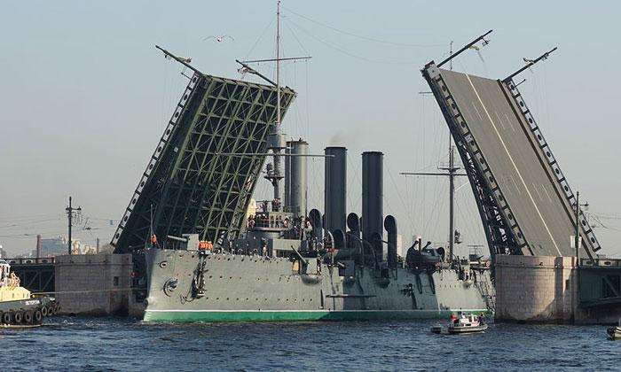 Крейсер «Аврора» под Дворцовым мостом Санкт-Петербурга