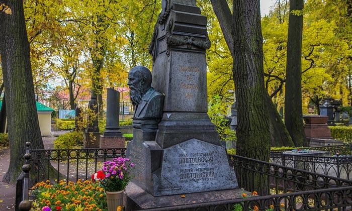 Могила Достоевского на Тихвинском кладбище Санкт-Петербурга