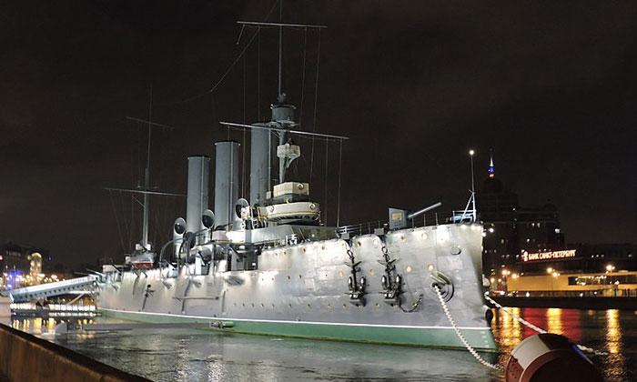 Ночной вид крейсера «Аврора» в Санкт-Петербурге
