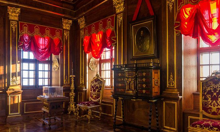 Убранство Орехового кабинета дворца Меншикова в Санкт-Петербурге