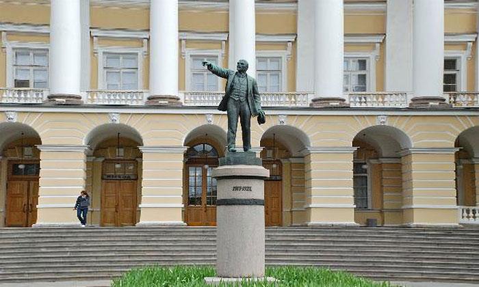 Памятник Ленину у Смольного в Санкт-Петербурге