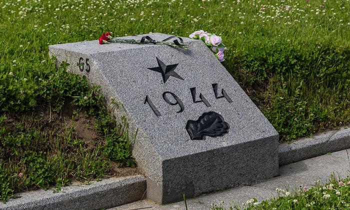 Один из памятных камней Пискарёвского кладбища