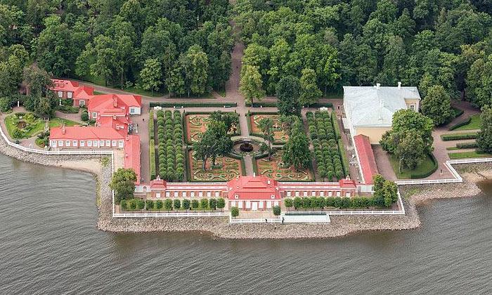 Панорама дворца Монплезир в Петергофе